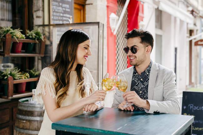 Couple assis dans un café extérieur — Photo de stock
