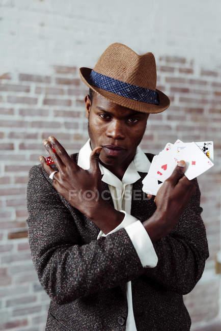 Dés et cartes montrant l'homme — Photo de stock