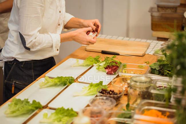 Zubereitung Salat in Küche Kochen — Stockfoto