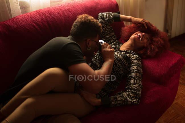 Tirando fotos de casal no sofá — Fotografia de Stock