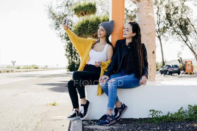 Donne allegre che si fanno selfie per strada — Foto stock
