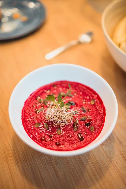Suppe auf Holztisch — Stockfoto