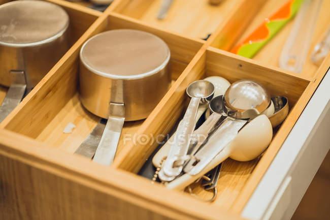 Cucharas y utensilios diferentes - foto de stock
