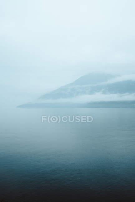 Туманное Хилл и воды — стоковое фото