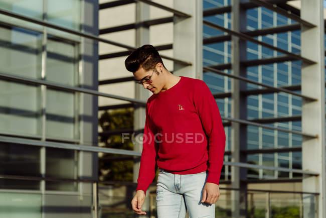 Mann steht vor Gebäude — Stockfoto