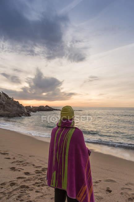 Triathlete standing on sandy beach — Stock Photo