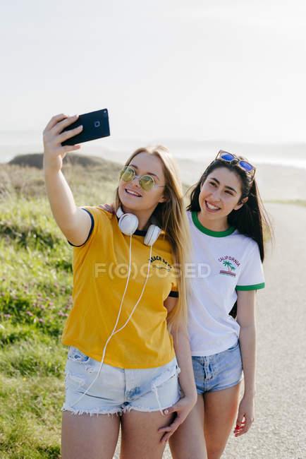 Mädchen im Teenageralter unter Selfie außerhalb — Stockfoto