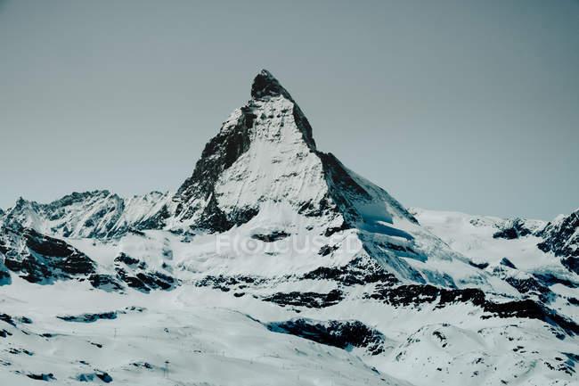 Высокая вершина, покрытая снегом — стоковое фото
