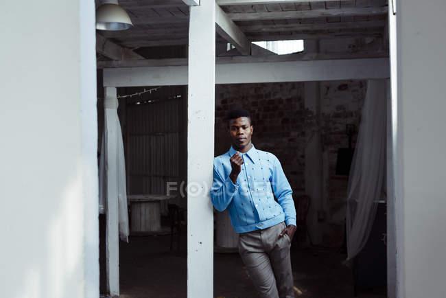 Стильний чорношкірий, спираючись на стіні — стокове фото