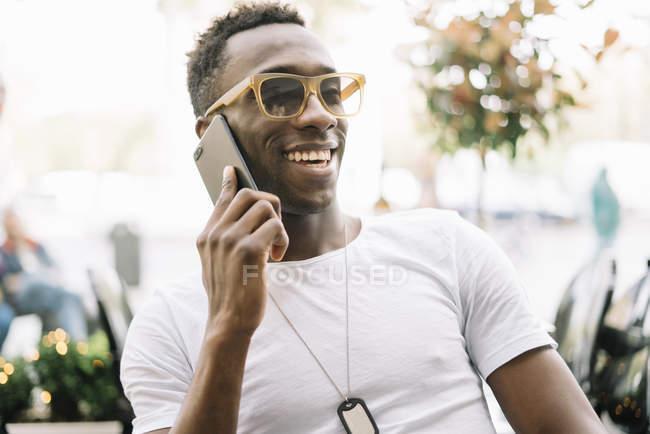 Homem tomando no telefone móvel — Fotografia de Stock