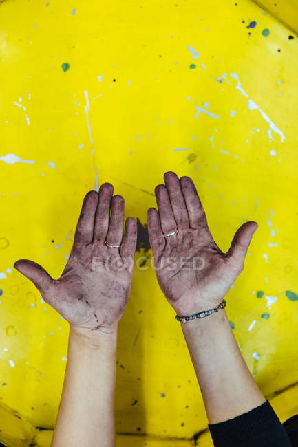 Hands stained with grease — Stock Photo
