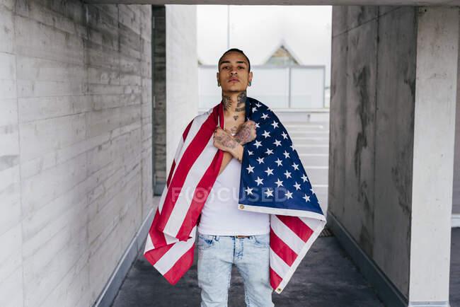 Нечемний гіпстер стоїть з прапором. — стокове фото