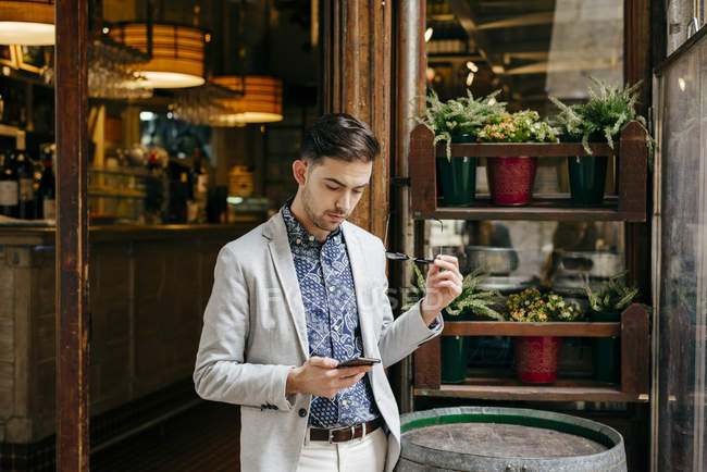 Чоловік, що стоїть на в'їзді кафе — стокове фото