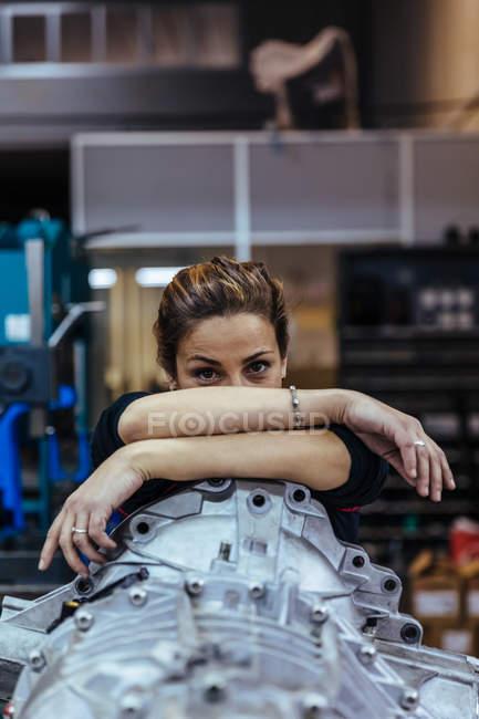 Жінка, спираючись на металеву деталь — стокове фото