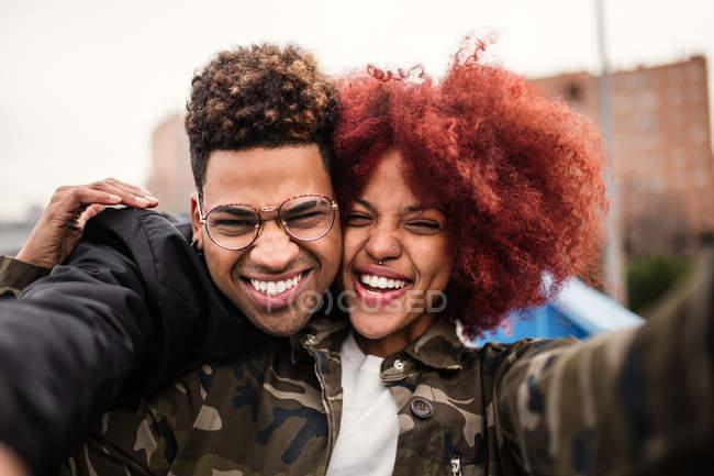 Coppia che abbraccia e ride — Foto stock