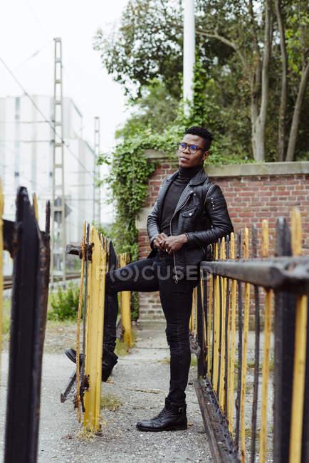 Чорні чоловіки стоячи на вулиці — стокове фото