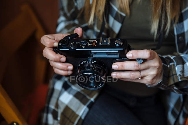 Руки держат винтажную фотокамеру — стоковое фото