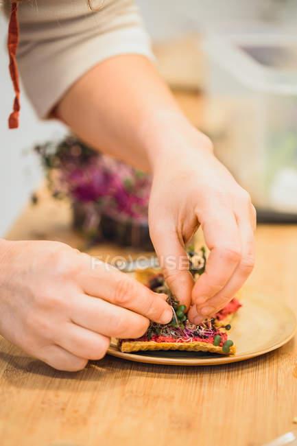 Cocinar servir aperitivos con especias - foto de stock