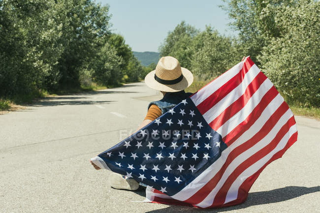 Человек с американским флагом — стоковое фото