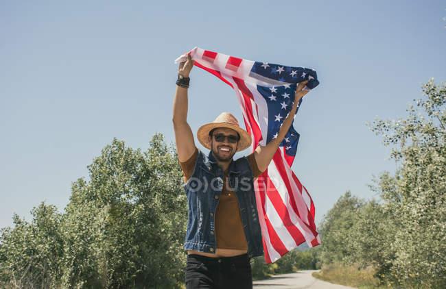 Человек в шляпе с американским флагом — стоковое фото