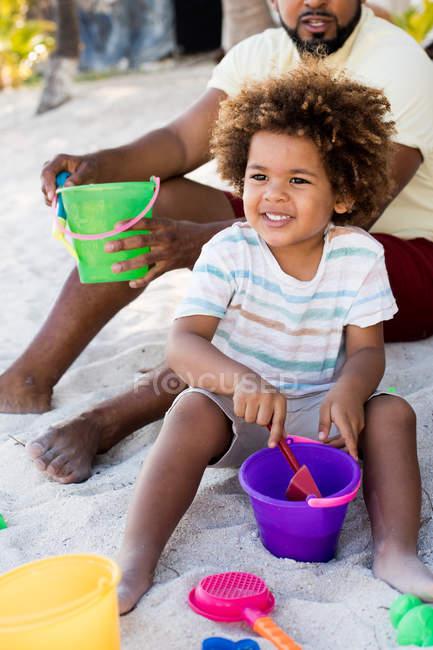 Mann spielt mit Sohn im Sand — Stockfoto