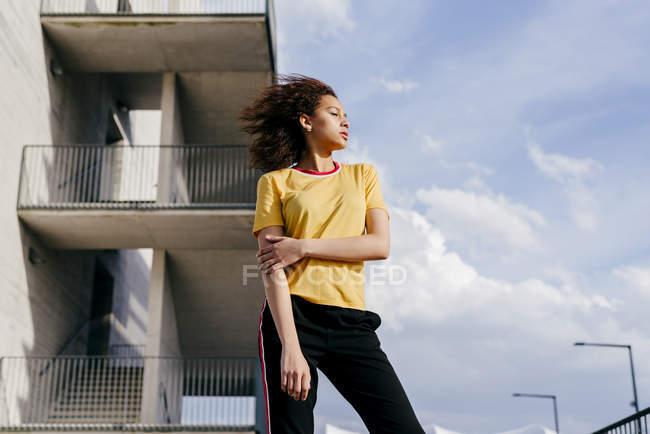 Femme sportive debout devant le bâtiment — Photo de stock