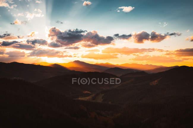 Красочное небо над горной долиной — стоковое фото
