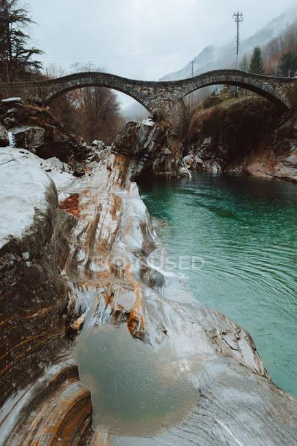 Puente ondulado sobre el río azul - foto de stock
