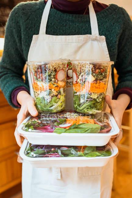 Варочные контейнеры с салатом — стоковое фото