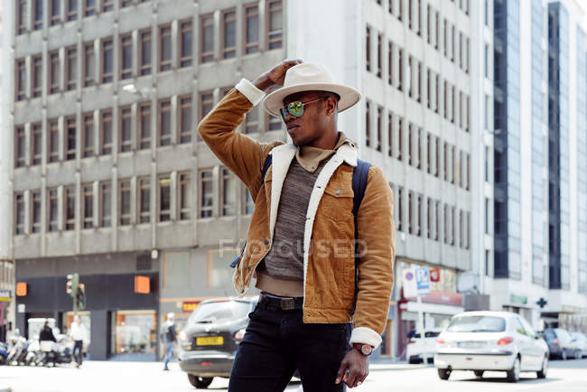 Homem negro de pé na rua — Fotografia de Stock