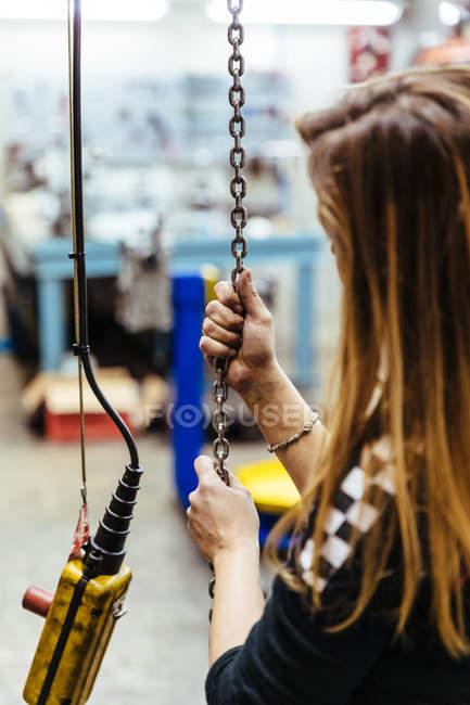 Жінка ланцюжка холдингу — стокове фото