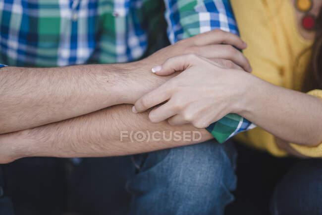 Hombre abrazando a su novia por hombro - foto de stock