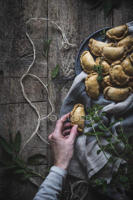 Hand serviert goldene Kuchen — Stockfoto
