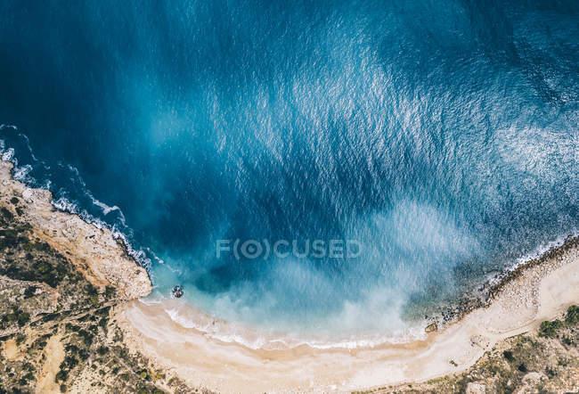 Veduta aerea dell'acqua turchese e della spiaggia paradisiaca . — Foto stock