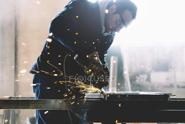 Людина працює з ґріндерами.. — стокове фото