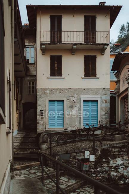 Casa beige sulla strada della città — Foto stock