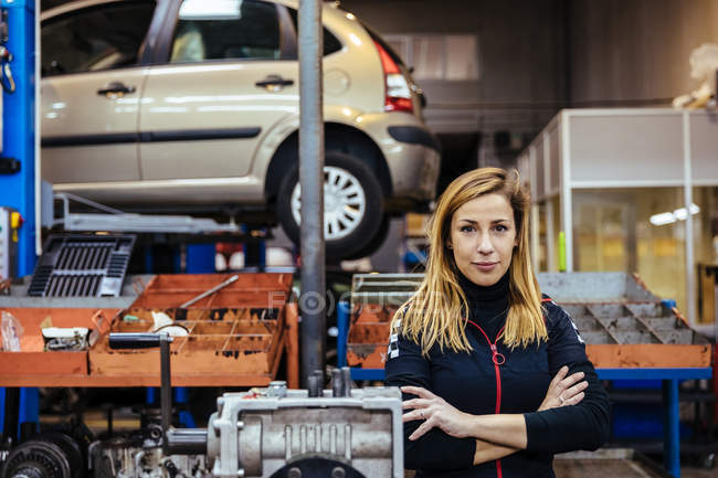Woman standing in mechanical workshop — Stock Photo