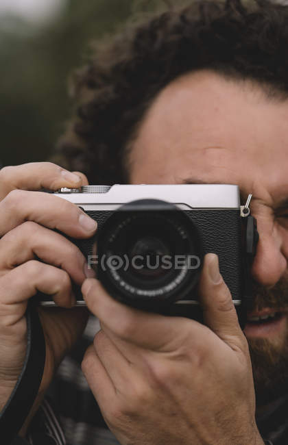 Man taking photo with camera — Stock Photo