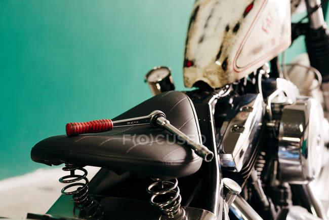 Гайкові на сидінні мотоцикл — стокове фото