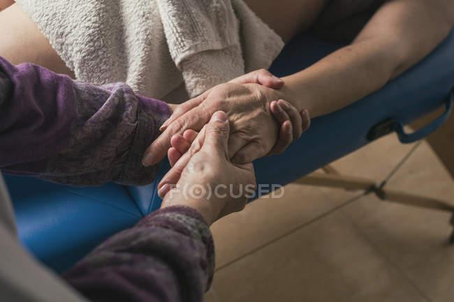 Therapeut macht orientalische Massage mit den Händen — Stockfoto