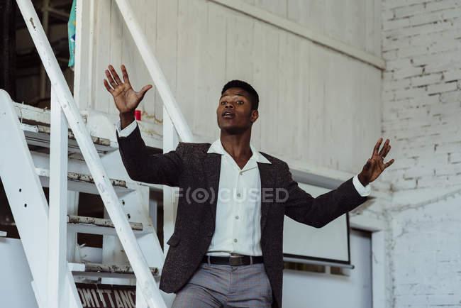 Человек, стоящий на лестнице — стоковое фото