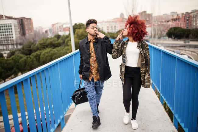 Стильний пара ходіння по мосту — стокове фото