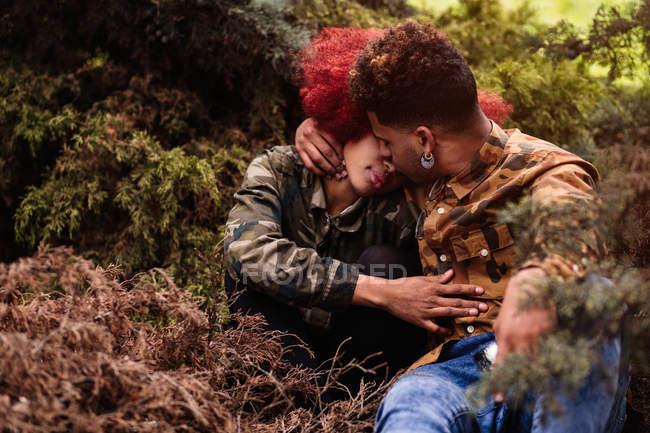 Couple kissing chez les plantes — Photo de stock