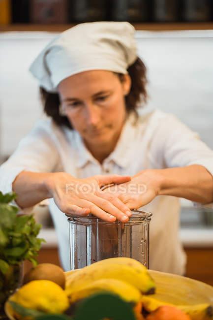 Femme serrant des fruits dans le café — Photo de stock
