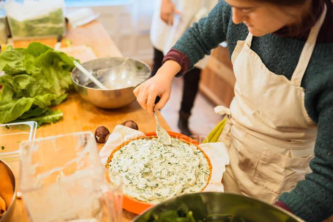 Cozinhar colocando molho no prato — Fotografia de Stock