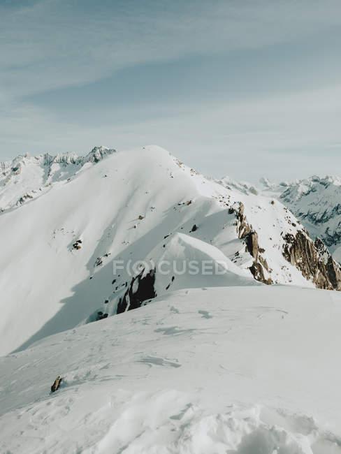 Alte montagne innevate — Foto stock