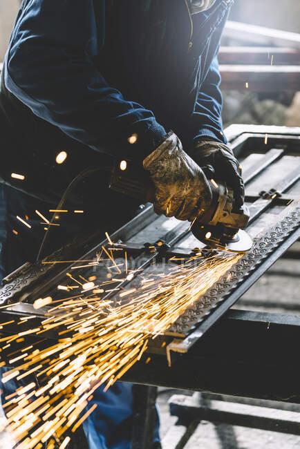 Mann arbeitet mit Schleifmaschine. — Stockfoto