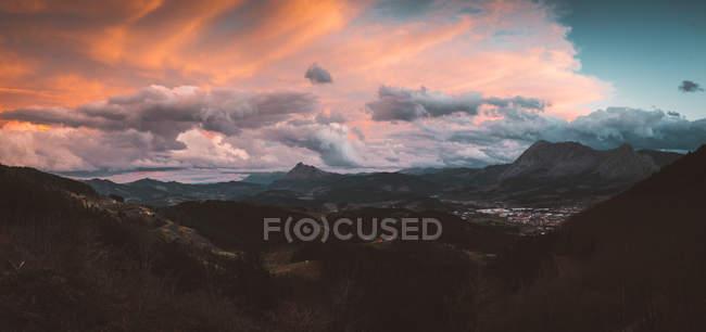 Cielo colorato sopra la valle della montagna — Foto stock