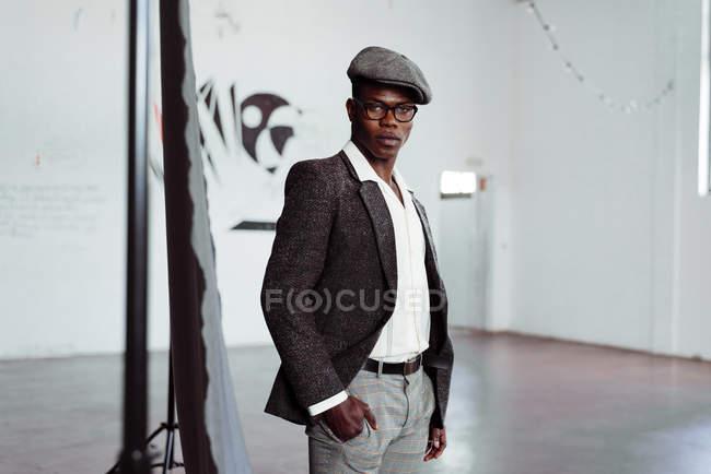 Стильный черный человек, позирует в студии — стоковое фото
