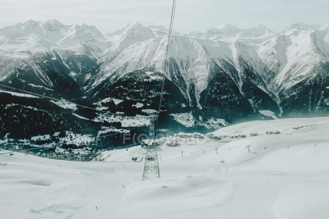 Via cavo nelle montagne invernali — Foto stock